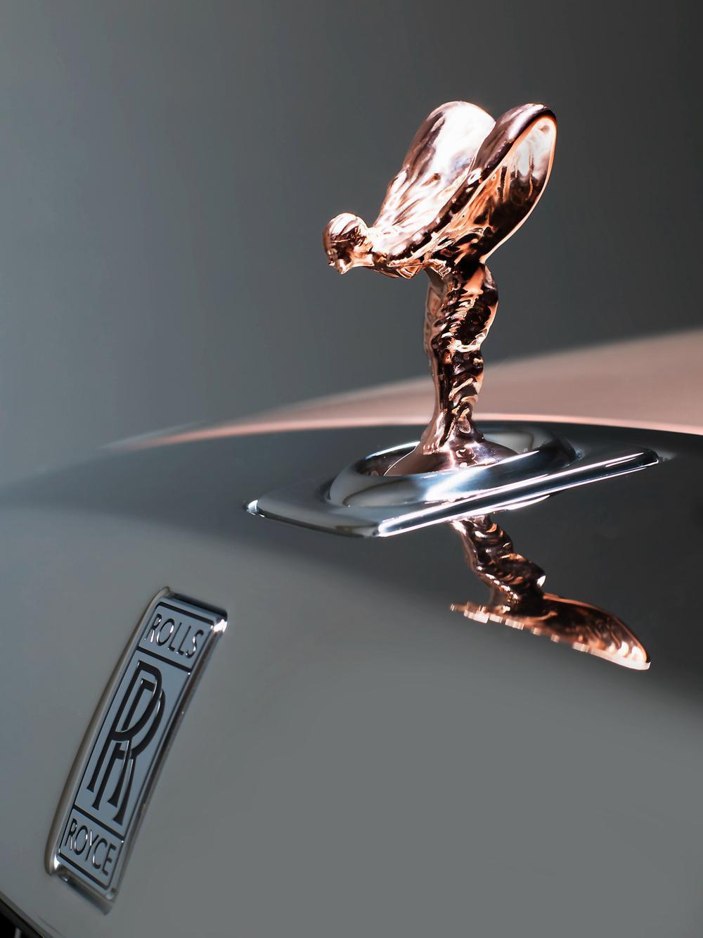 鑄造「Spirit of Ecstas歡慶女神」車頭立標的「脫蠟鑄造工藝」源自古老東方,對工匠技藝要求甚高,早期的每一尊女神雕像都由Charles Sykes和他的女兒親手拋光打磨。