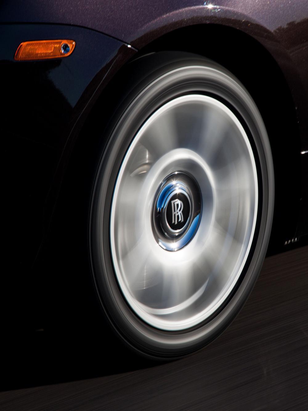 Rolls-Royce在車標上安裝了超潤滑軸承,並在雙R標誌下方加上配重,無論輪圈如何轉動,中心的Rolls-Royce車標永遠為正向而不會倒轉。