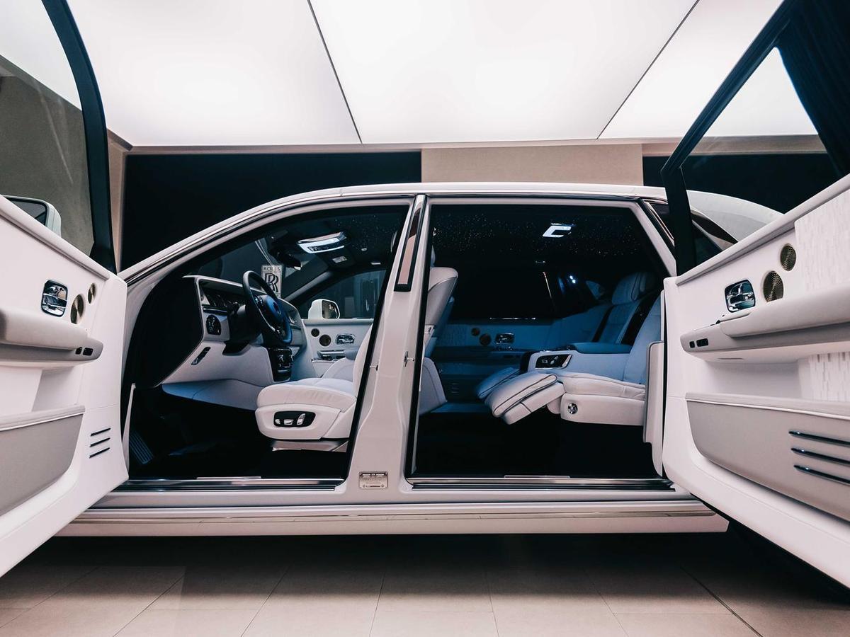 Rolls-Royce專利的對開式車門源於十七世紀英國貴族乘坐的馬車,對開式車門除了顯現擁有者的不凡身分之外,也讓乘客上下車時更加從容優雅。