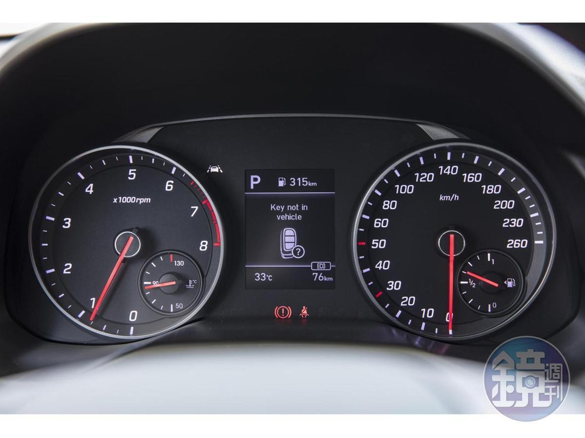 儀表板為類比+數位顯示的混合式設計。