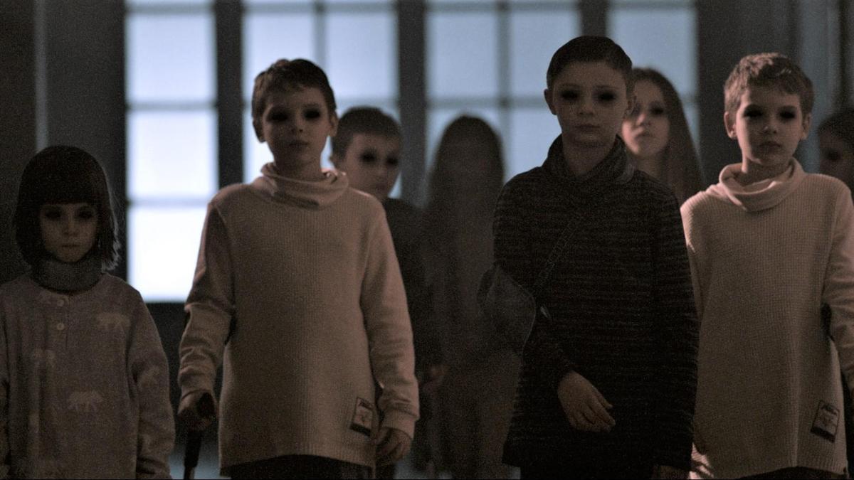 電影中恐怖的一景是,病童突然集體中邪,瞬間瞪大發黑的雙眼。(威視提供)