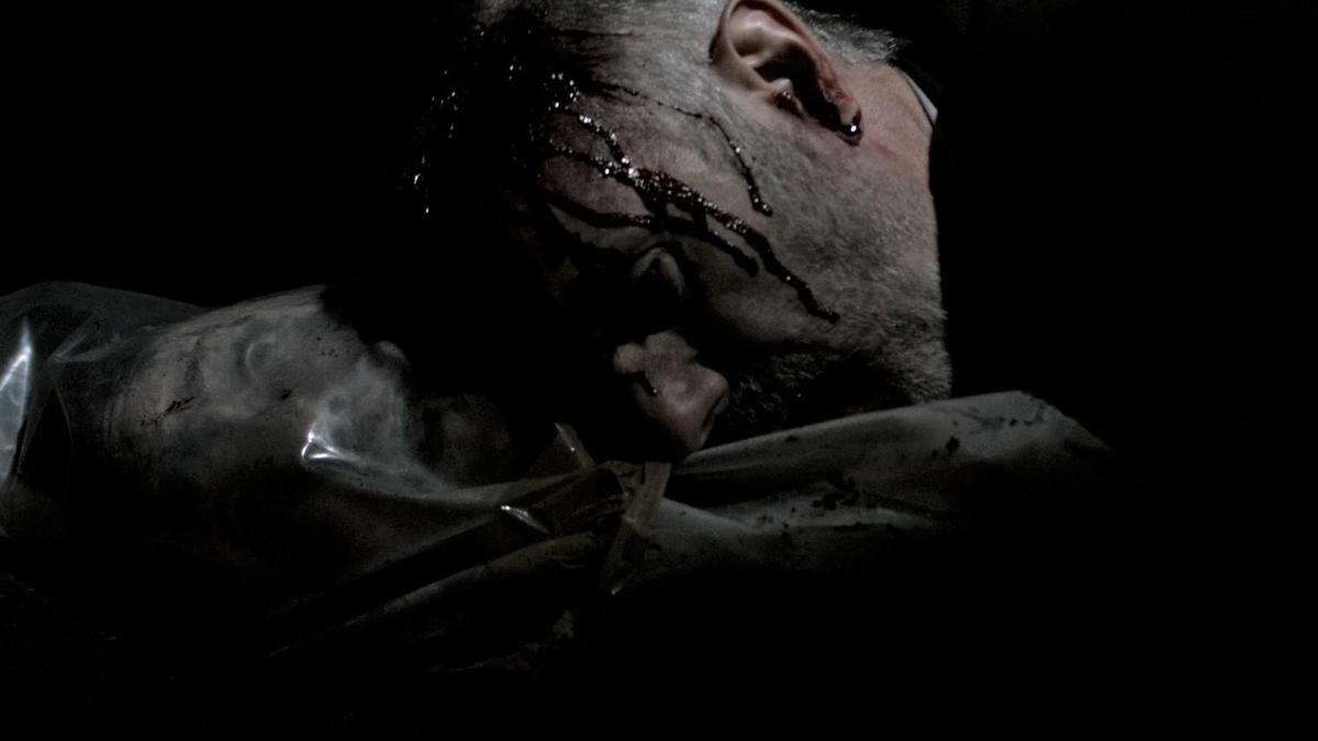 神父躺在塑膠袋上,袋裡竟是瞪眼乾屍。(威視提供)