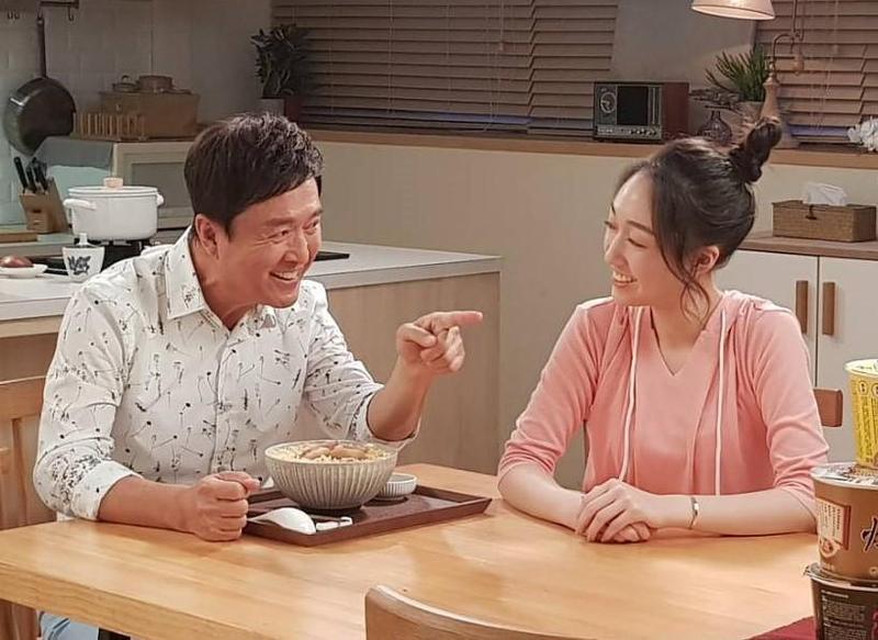 檢場與女兒王敏淳(右)再次廣告中合體。(艾迪昇傳播提供)