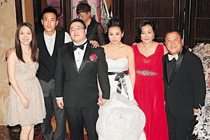 曾志偉小兒子曾國猷(左三)2012年擺婚宴,曾志偉(右一)與朱錫珍(右二),以及曾國祥(左二)、曾寶儀(左一)等開心拍攝全家福。(東方IC)