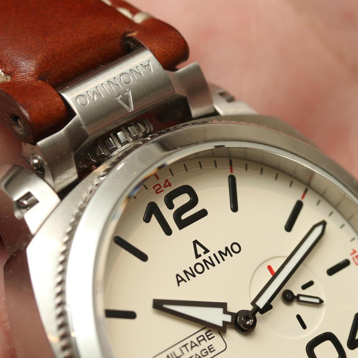 Militare義式軍風系列刻意將錶冠做在12點鐘位置,並加裝上特殊的錶冠護橋裝置,以特殊的鉸鏈連結。