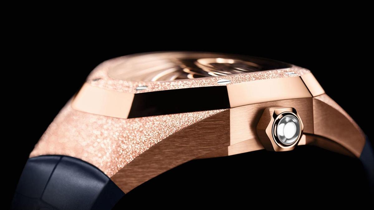 錶圈和錶耳處用了霜金工藝,錶圈和錶耳的接面則以亮面拋光,錶側又加了髮絲紋處理,整個錶殼的作工層疊了好幾道工法,鏡面的弧度也是技術的展現。