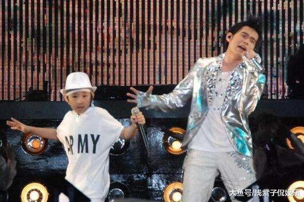 侯高俊傑曾和周杰倫到各大城市巡迴演出。(翻攝自微博)
