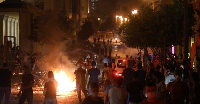 貝魯特發生大爆炸,民眾對政府的表現相當不滿。(翻攝自推特@yonibmen)