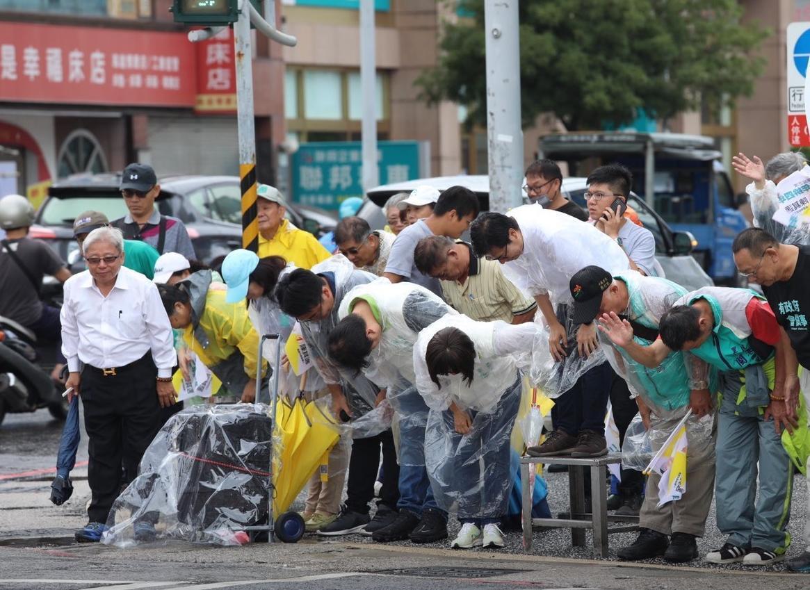 2年前跌倒的陳其邁,近期全力掃街拜票,時常能在高雄街頭看到他的身影。(翻設自陳其邁臉書)