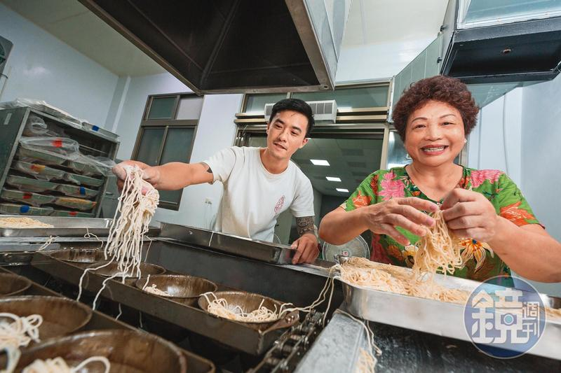 陳秀嬌(右)是台南一家百年製麵家族的第4代長媳,她在先生遭人倒債後,靠著獨特的鴨蛋鍋燒意麵,還清負債。左為兒子林揚茗。