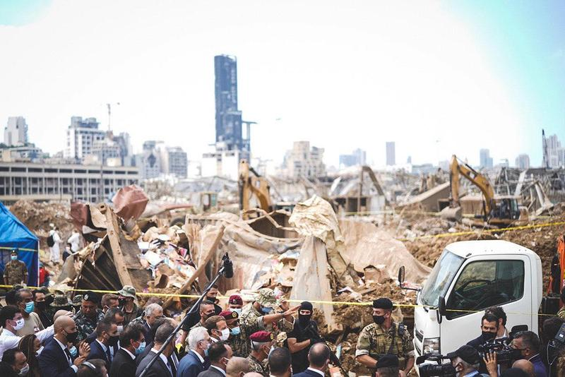 法國總統馬克宏訪視黎巴嫩受大爆炸影響的地區,被許多民眾陳情希望可以提供協助。(翻攝自馬克宏臉書)