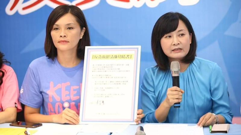 李眉蓁(左)今(7)日舉行「反貪腐挺清廉」記者會,現場簽下切結書,允諾若當上市長犯貪汙罪會放棄假釋。(翻攝自李眉蓁臉書直播)