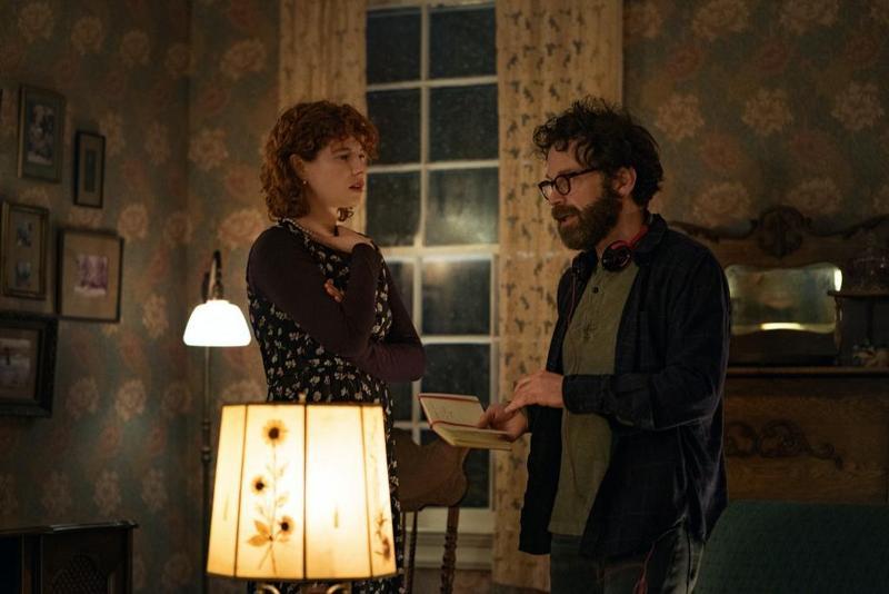 身兼編劇的導演查理考夫曼(右),與女主角潔西柏克利。(Netflix提供)