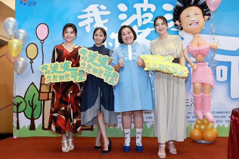 楊小黎(左起)、黃姵嘉、鍾欣凌、劉品言齊出席收視慶功記者會。(公視提供)