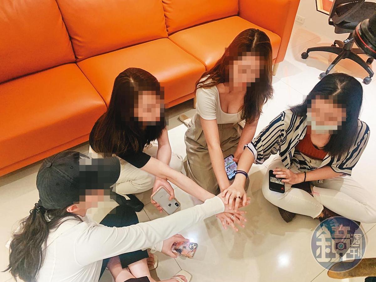 翁男「前女友們」組成婦仇者聯盟接受本刊採訪,為彼此加油打氣。(讀者提供)