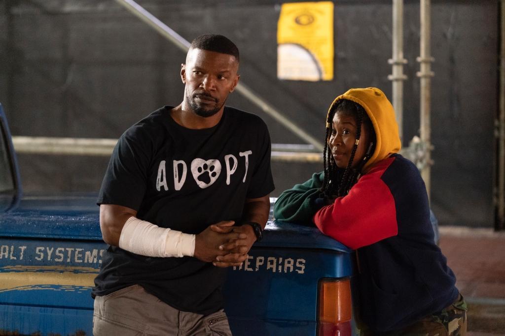 傑米福克斯(左)與新人多米妮克裴許巴克(右),片中歷經各種動作場面,戲外相處更像父女。(Netflix提供)