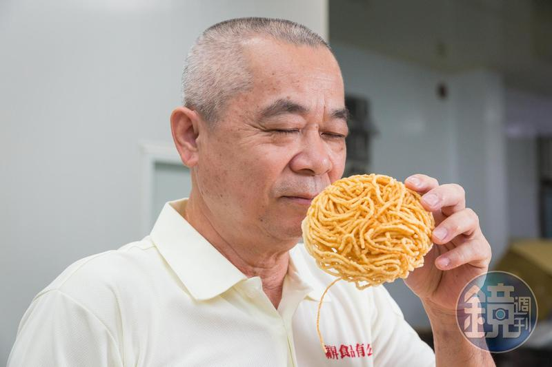 林福清出身製麵世家,他說,「阮ㄟ鍋燒意麵光聞就很香,這就是蛋的比例。」
