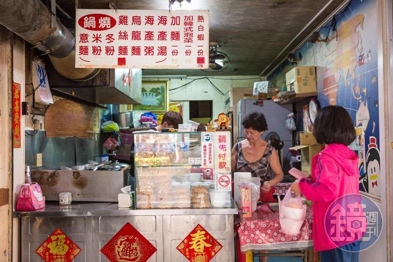 林揚茗統計,在台南一帶光是鍋燒意麵的製麵廠,大大小小加起來就有超過30間,鍋燒意麵的專賣店更是不計其數。圖為台南歸仁市場內,開業超過30年的老牌鍋燒意麵店。