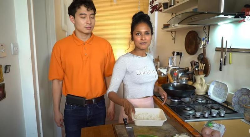 帕提爾(右)為了向羅傑叔叔(左)證明自己會做蛋炒飯,特地邀他來自己家中見證。(翻攝自mrnigelng YouTube)