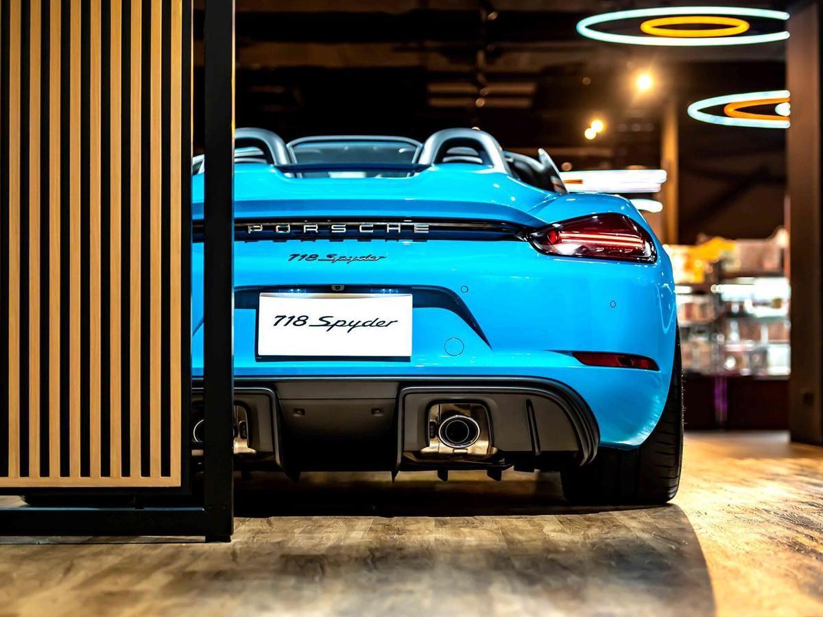 Porsche NOW全新型態概念店邀請消費者近距離接觸現場展車,並體驗保時捷的極致造車工藝。