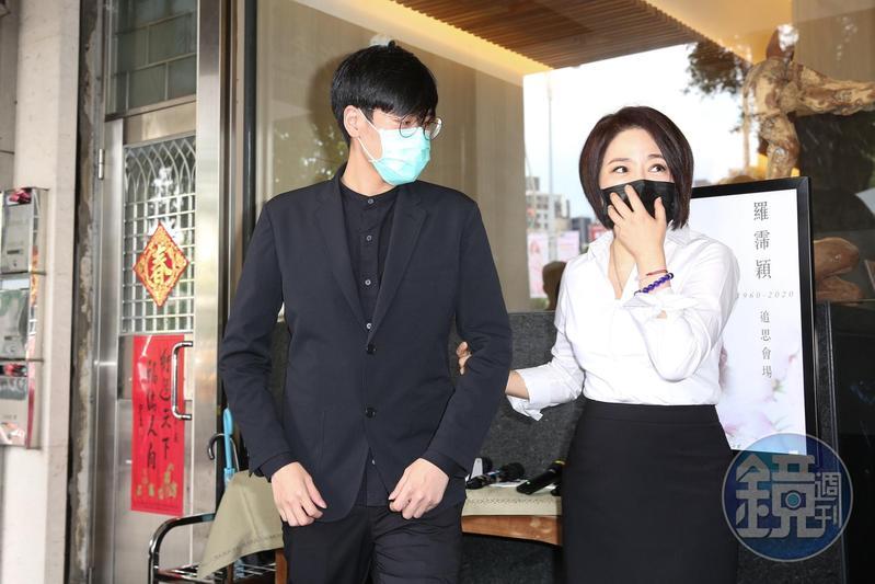 久未露面的黃華倫身穿一身黑衣,于美人陪著他接受媒體訪問。