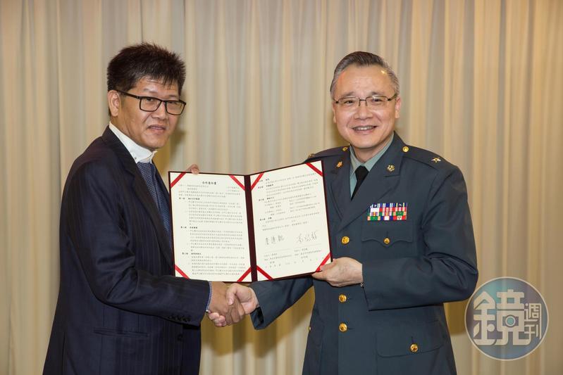國防醫學院校長查岱龍(右)與興穎利科技董事長詹連凱(左)簽署合作,共同開發抗武漢肺炎、防疫及環境清潔消毒產品。