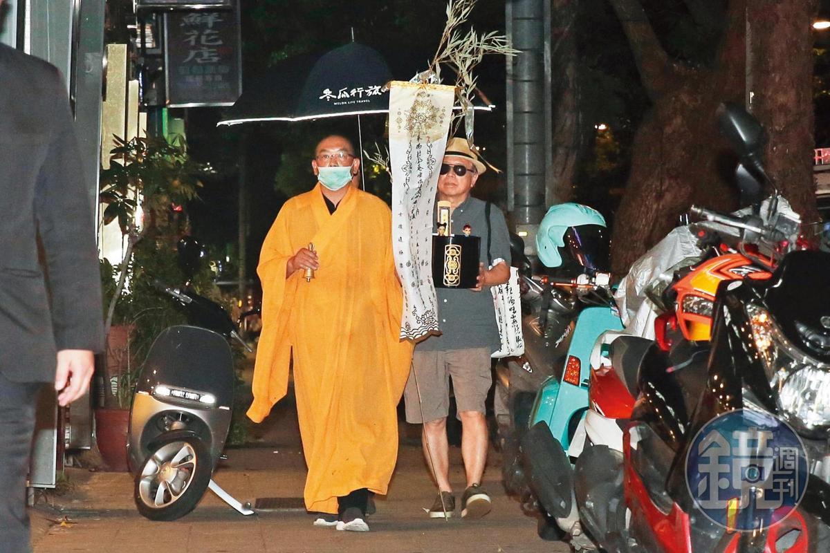 羅霈穎突然驟逝,72歲的大哥羅青哲(右)傷心操辦後事。