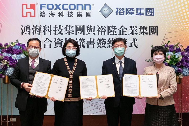 為催生與鴻海合資的新公司「鴻華」,裕隆董事會通過現增納智捷60億元。圖為今年3月嚴陳麗蓮(左2)出席雙方簽約儀式。(鴻海提供)