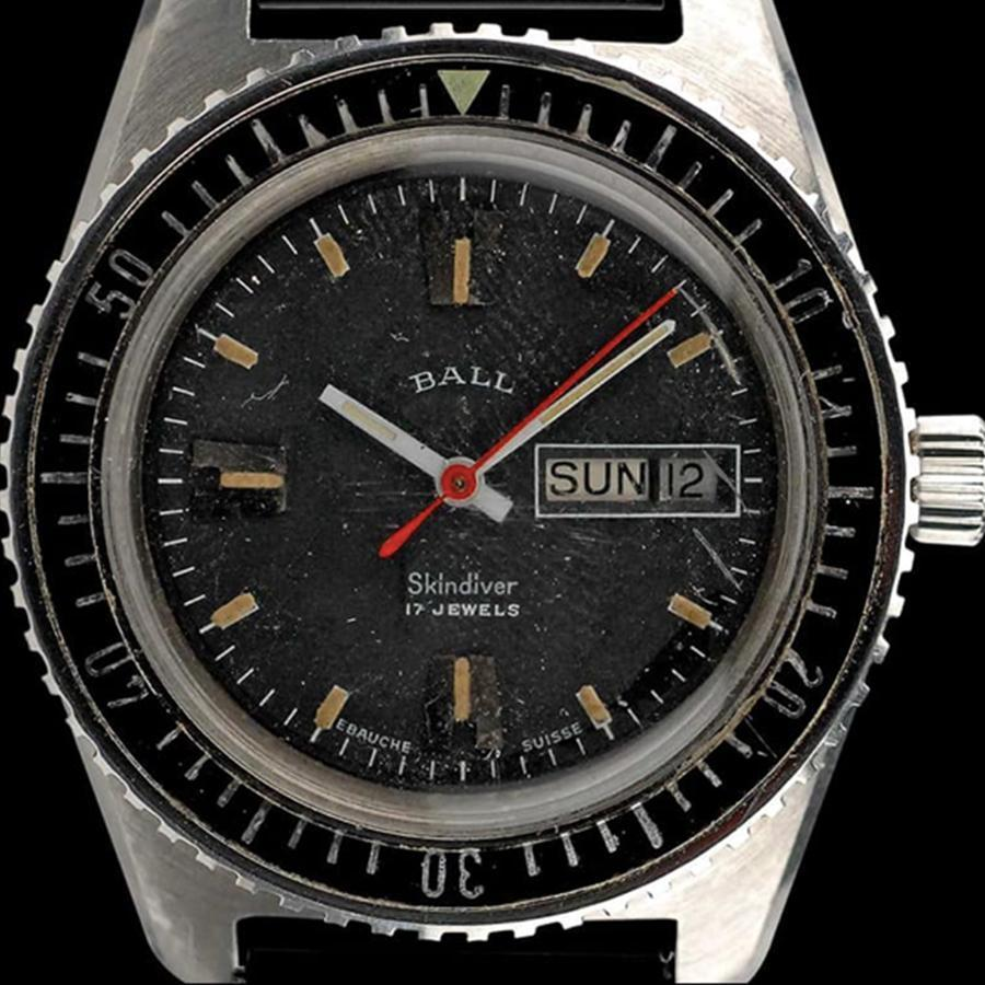 1962年BALL WATCH推出的專業潛水錶Skindiver,後來品牌以它為藍本延伸出近代的三個版本,整個架構沒有偏離太多,但細節做了與時俱進的調整。