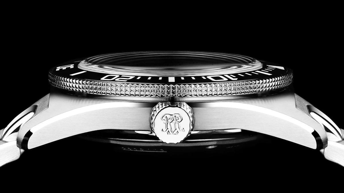Skindiver單向可旋式外圈的邊緣,以三排式的巴黎釘紋取代常見的鋸齒狀設計,錶冠也以同樣的設計增加摩擦力,防止戴手套時操作會產生手滑的狀況。而微拱的藍寶石水晶鏡面得以爭取空間分散錶殼厚度,設計上也比較復古。