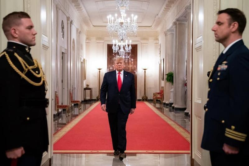 美國總統川普記者會上突然被特勤人員帶離,事後證實是白宮外發生槍擊事件。(翻攝自川普臉書)