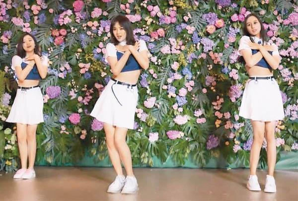 何超欣(右起)、姚安娜、袁九兒裝扮成偶像女團載歌載舞,慶祝友人生日。(翻攝自微博)