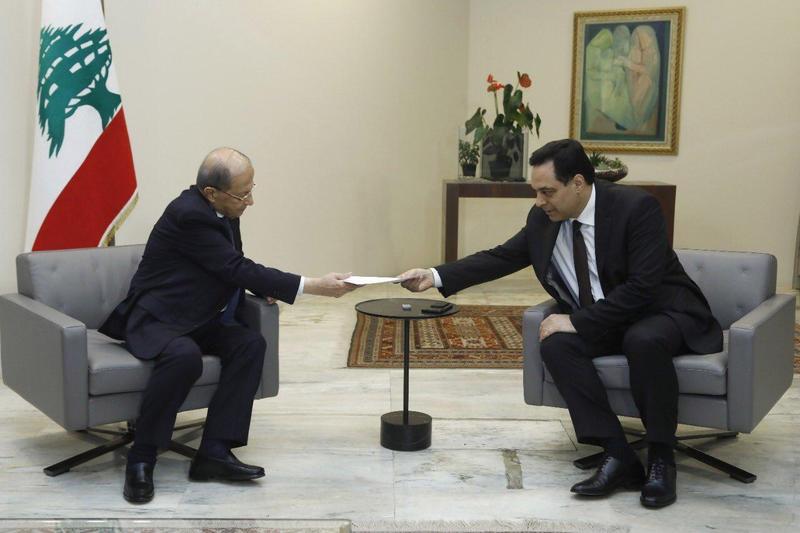 黎巴嫩總理狄亞布(右)向總統奧恩遞交辭呈。(翻攝推特@LBpresidency)