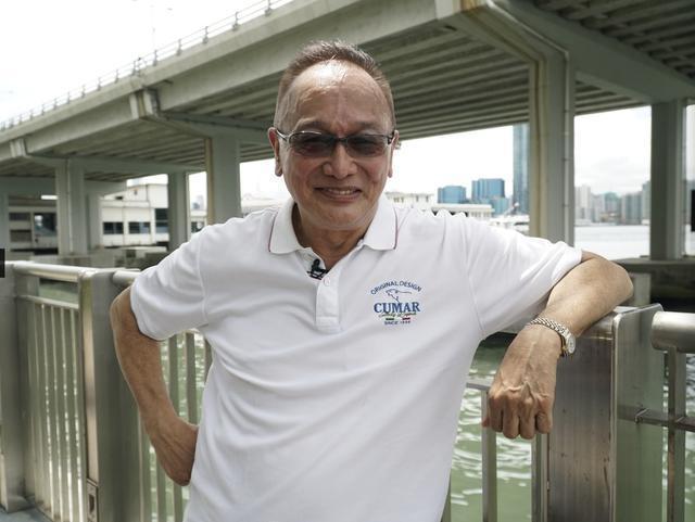 曹查理淡出演藝圈多年,日前接受採訪曝光近照,70歲的他現在頭髮半禿。(翻攝自微博)