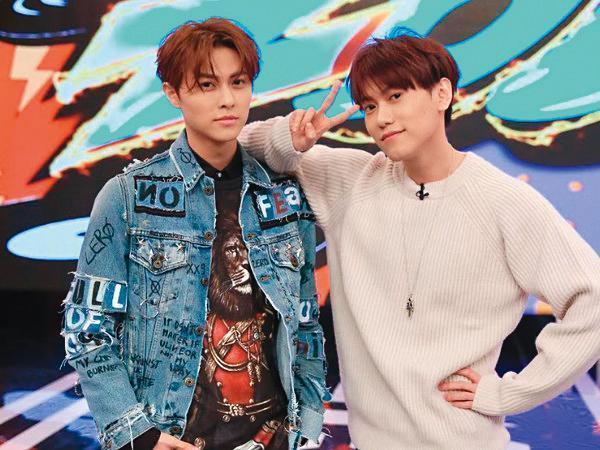 王子與弟弟邱宇辰(右)一起闖蕩演藝圈,兄弟倆感情緊密。(八大提供)