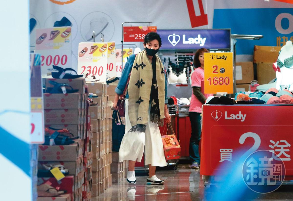 2019年1月,雖然號稱嫁給億級富豪,不過米可白還是鍾情平價特賣會的打折衣物。