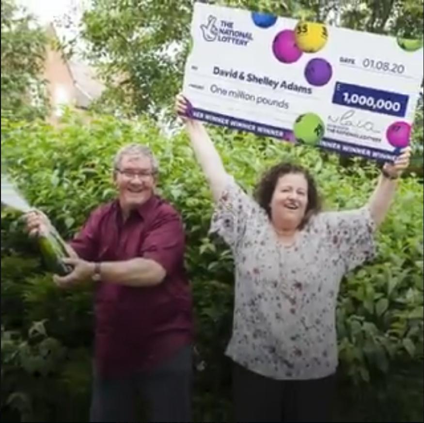 亞當斯發現自己贏得100萬英鎊的獎金後,他和妻子雪萊的命運有了轉機。(翻攝自The National Lottery推特)