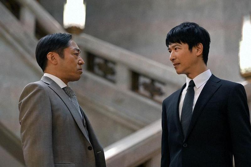 「大和田」香川照之(左)在《半澤直樹》續篇再次與「半澤直樹」堺雅人正面交鋒。(翻攝自TBS電視台)