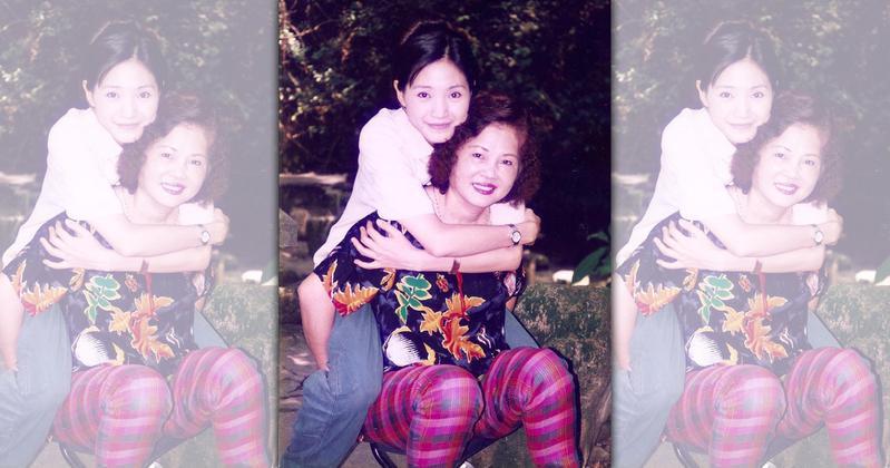 方季惟(後)與母親感情甚篤,媽媽失智後由她一手照顧。(翻攝自方季惟粉絲團臉書)