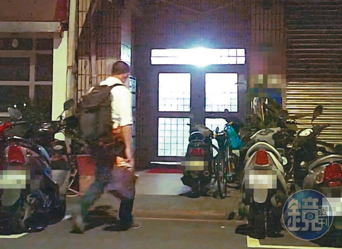 7月26日週日凌晨01:14,甫結束行程的吳怡農(圖)獨自返回距離行政院不到300公尺的住處。