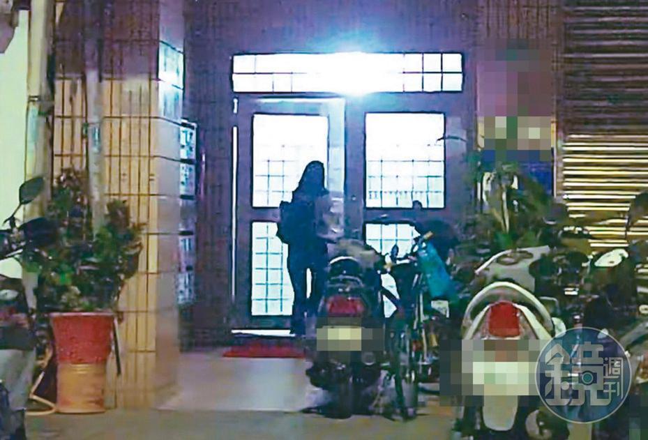 7月26日01:19,吳怡農前腳剛回住處,相隔5分鐘,王姓小農女(圖)便出現在他的住處,輕鬆推開大門上樓夜宿。
