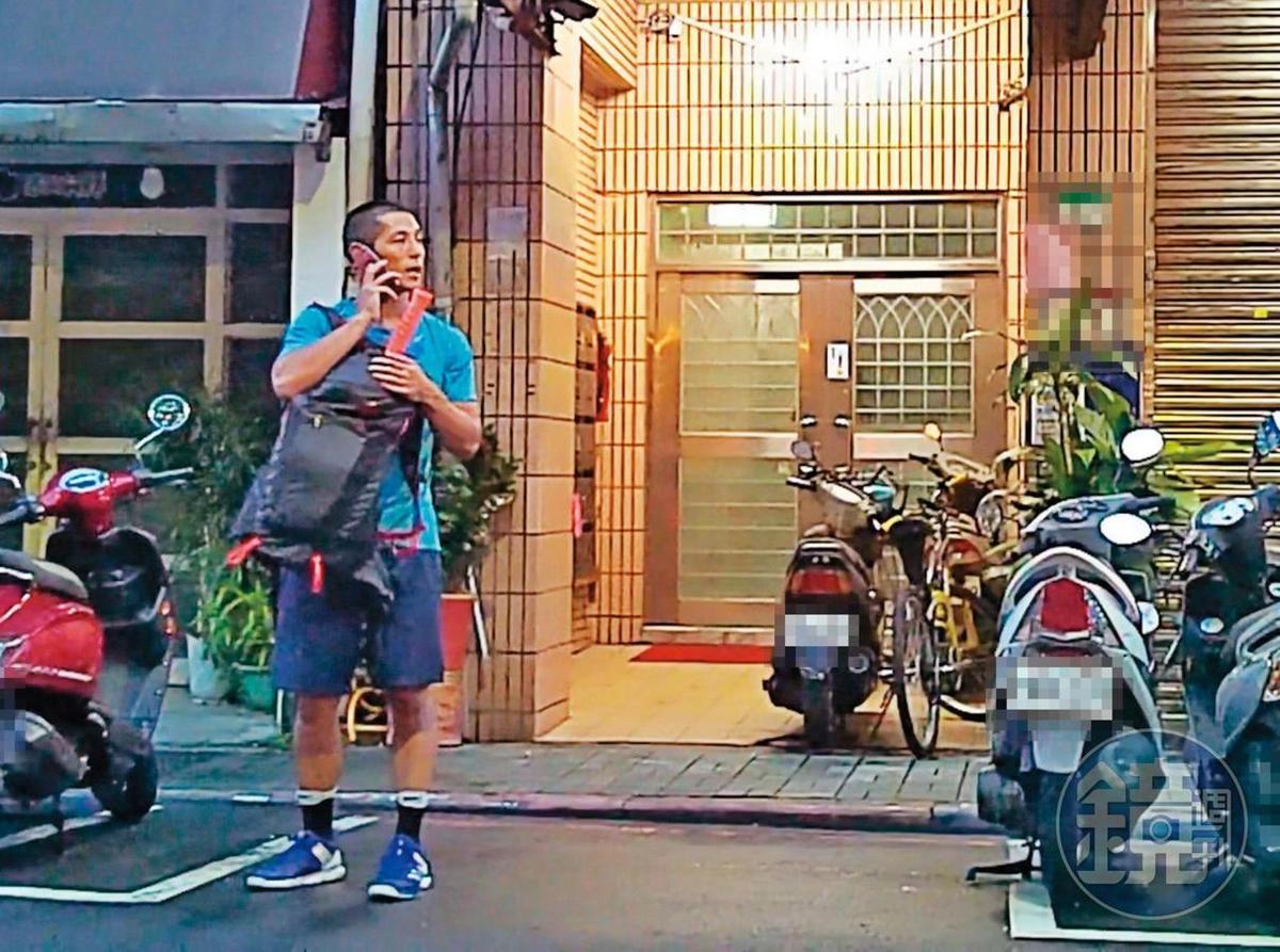 7月26日18:49,與小農女待了一夜後,吳怡農(圖)傍晚換穿一身運動裝,背著網球拍帥氣出門。