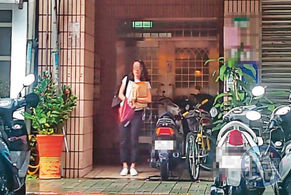 7月26日15:47,小農女(圖)在吳怡農住處待了14小時後獨自離開,此時她戴起眼鏡,身上的穿著與凌晨進入時一模一樣。
