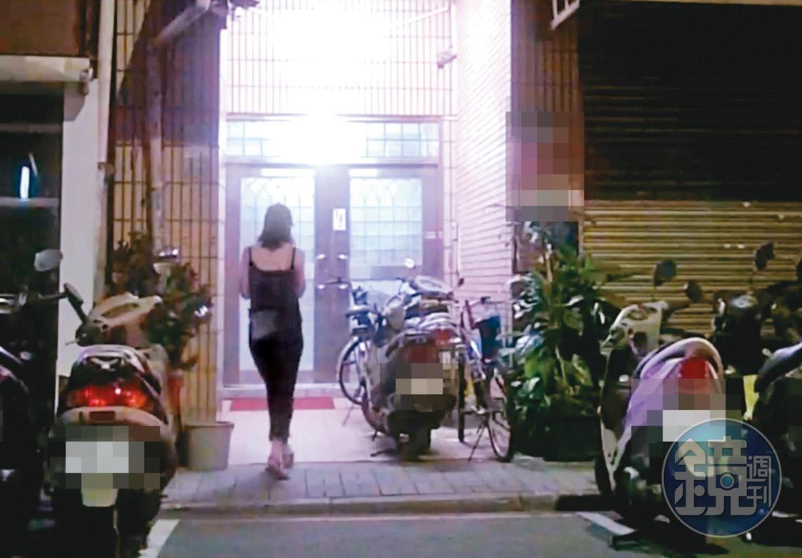 8月2日04:47,小農女在週日清晨近5點,2度赴吳怡農住處夜宿。