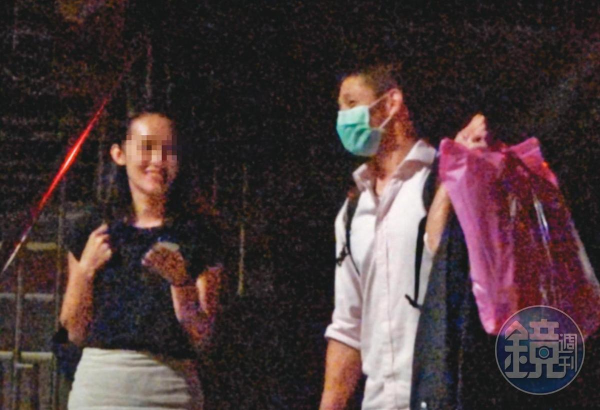 8月7日01:11,吳怡農(右)與小農女(左)常在北市松山區的壯闊台灣協會辦公室一起待到深夜,才一起有說有笑離開,吳還低調戴起口罩。