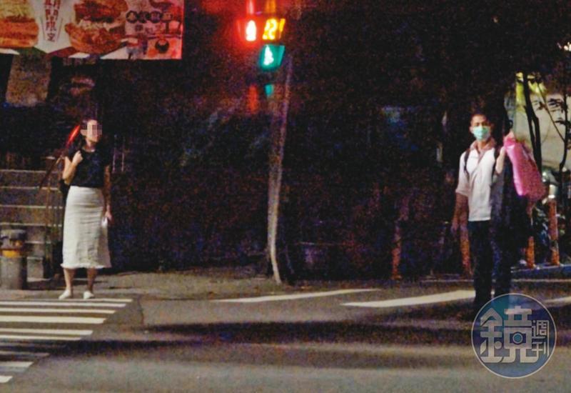 8月7日01:12,吳怡農(右)與小農女(左)互動低調謹慎,在馬路上還刻意保持「社交距離」。