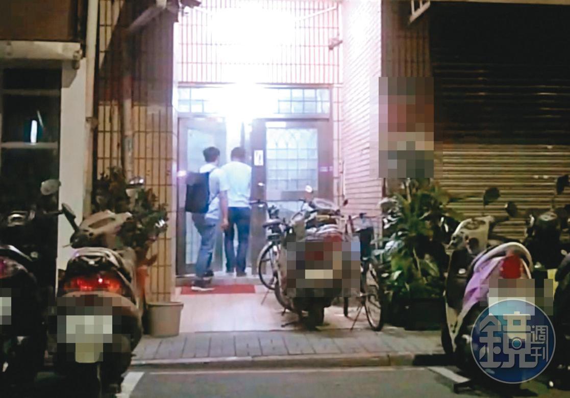 8月2日02:43,赴高雄參加完蔡英文總統的社群之夜替陳其邁造勢後,吳怡農(右)與曹姓幕僚(左)回台北住處。
