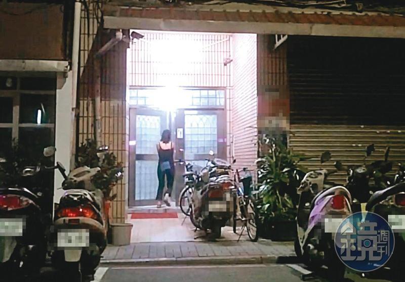 8月2日04:47,凌晨近5點,小農女(圖)邊走邊講電話,2度現身吳怡農住處樓下,等人開門後便上樓。