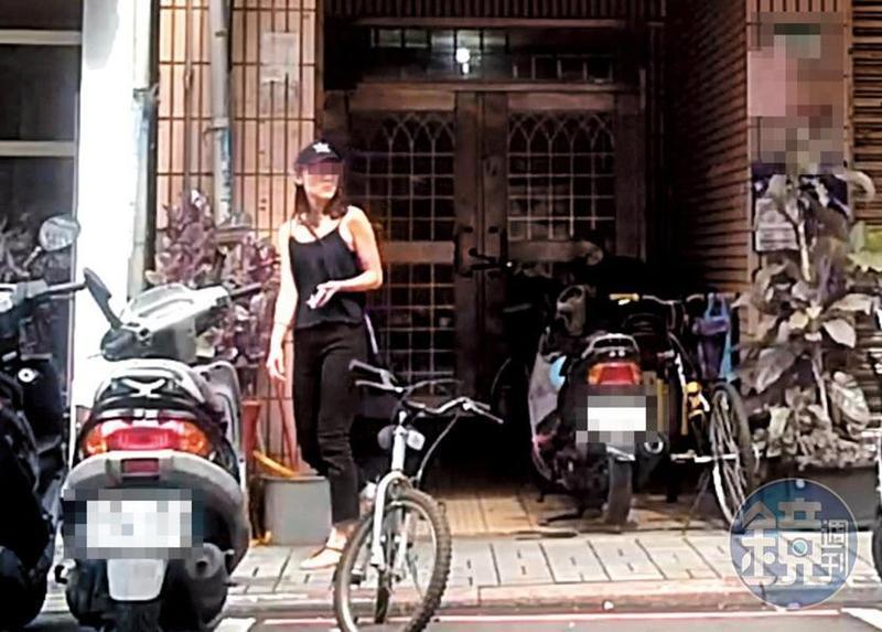 8月2日14:46,小農女(圖)在吳怡農住處待了10小時,離開時穿著深色細肩帶小可愛、頭戴鴨舌帽,與進入時相同。