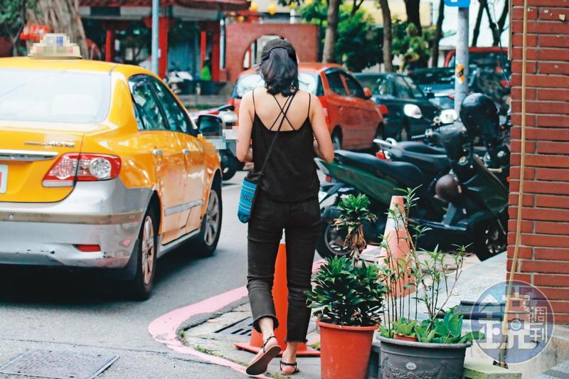 8月2日15:00,小農女(圖)在吳怡農住處待了10小時,離開時穿著深色細肩帶小可愛、頭戴鴨舌帽,與進入時相同。